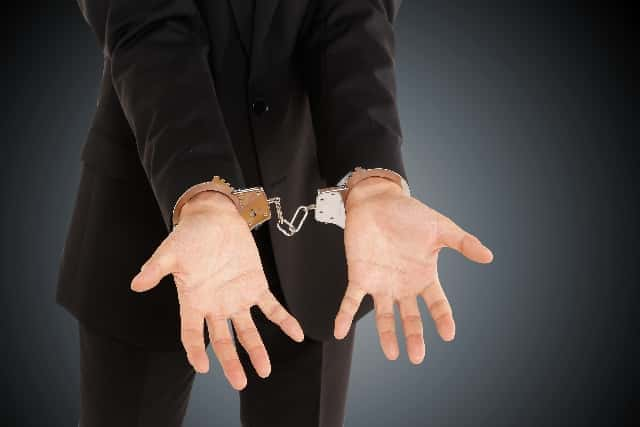 手錠をされた男